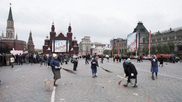 Дворники подметают Красную площадь после первомайской демонстрации.