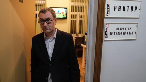 Ректор ГИТИСа Григорий Заславский выходит из ректората