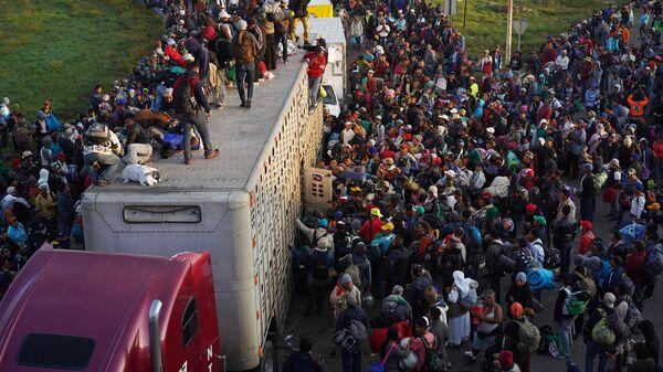 Караван мигрантов из Центральной Америки движется к США