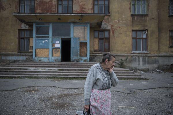 Местная жительница у общежития города Макеевка Донецкой области