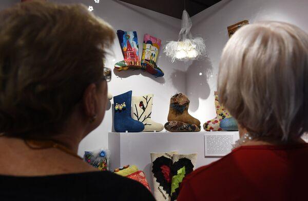 Посетительницы рассматривают экспонаты выставки Валенки. От царских дворцов до модных подиумов