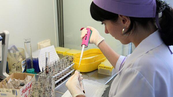Лаборантка проводит анализ крови на ВИЧ-статус. Архивное фото
