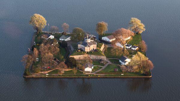 Остров Вильгельмштейн на озере Штайнхуде в регионе Ганновер на северо-западе Германии