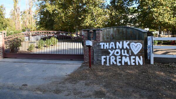 Плакат с благодарностью Калифорнийским пожарным в Калифорнии после лесных пожаров. Архивное фото