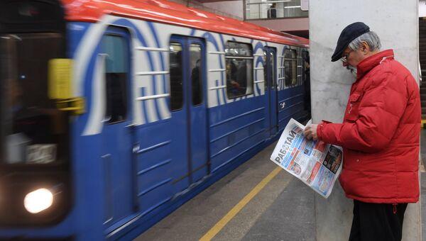 Мужчина на платформе станции метро Парк Культуры. Архивное фото