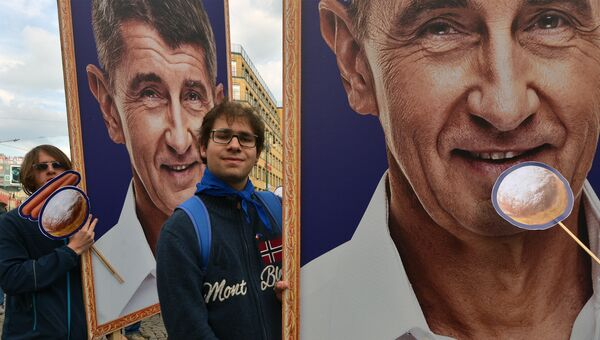 Демонстранты с сатирическими плакатами премьер-министра Андрея Бабиша требуют его отставки. Архивное фото