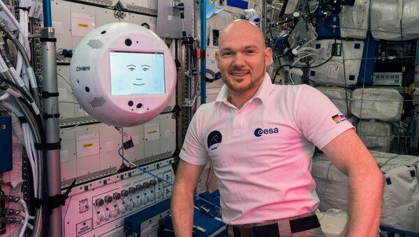 Астронавт ESA Александр Герст с роботом CIMON