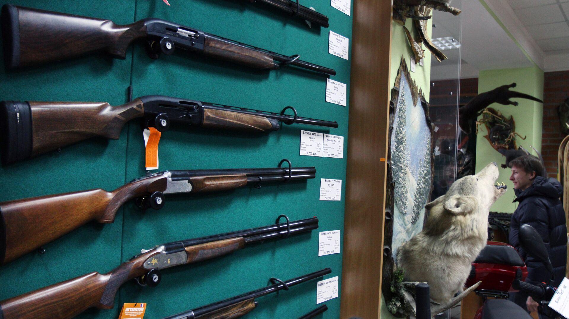 Образцы оружия на витрине оружейного магазина - РИА Новости, 1920, 28.06.2021