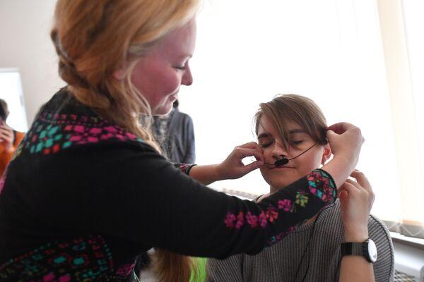 Гостья центра профориентации и довузовского образования «ПРО PSY» надевает датчик дыхания для исследования на полиграфе