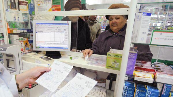 Сотрудник одной из аптек проверяет рецепты на лекарственные средства