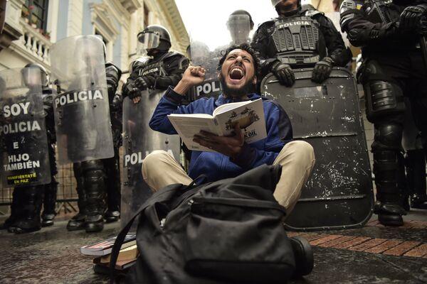 Участник акции протеста против сокращения финансирования образования в Кито, Эквадор