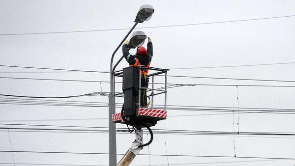 Замена ламп в уличных фонарях. Архивное фото