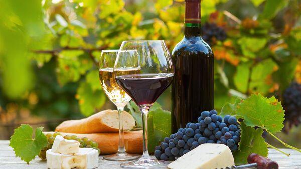 Два бокала красного и белого вина