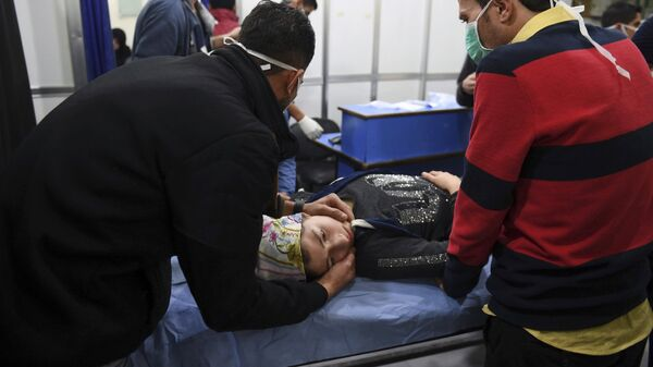 Помощь пострадавшим после обстрела Алеппо снарядами с отравляющими веществами