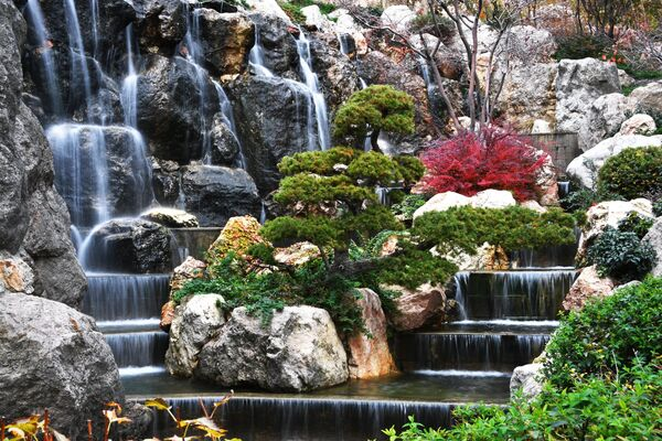 Водопад в открывшемся Японском саду на территории парка Айвазовское