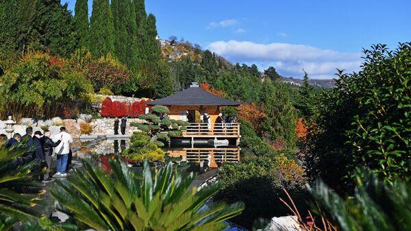 Посетители на открытии Японского сада на территории парка Айвазовское
