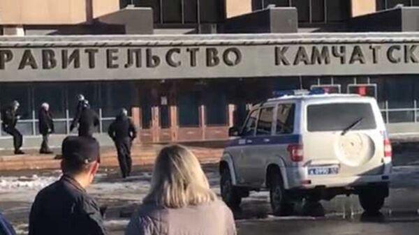 Мужчина с обрезом у здания правительства Камчатского края. 18 ноября 2018. Архивное фото