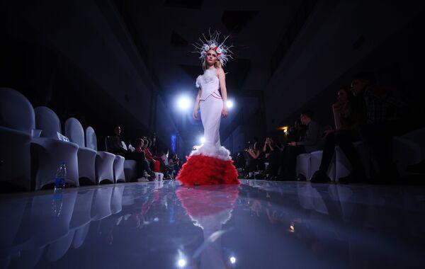 Модель демонстрирует одежду из новой коллекции Грехопадение дизайнера Юлии Ганаевой
