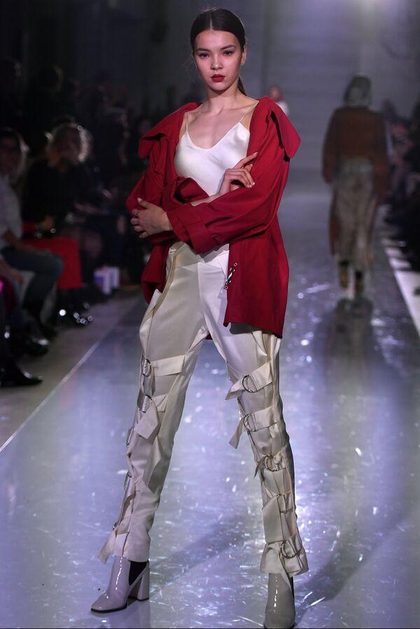 Модель демонстрирует одежду на показе в рамках международной недели моды Volga Fashion Week в Казани