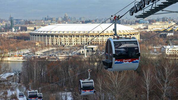 Канатная дорога, соединяющая Воробьевы горы, стадион Лужники и улицу Косыгина в Москве. 26 ноября 2018