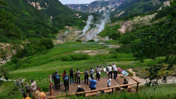 Туристы на смотровой площадке в Долине Гейзеров в Кроноцком государственном природном биосферном заповеднике на Камчатке