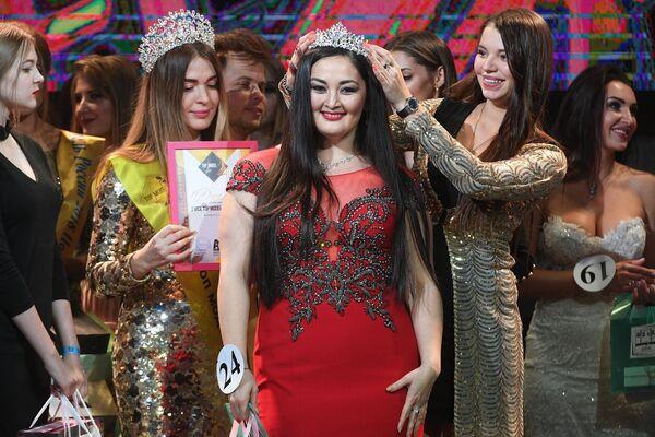 Эльвира Ишмуратова (в центре), награжденная в номинации Вторая вице-мисс, во время финалов всероссийских конкурсов красоты Топ модель России 2018 и Топ модель PLUS 2018 в Korston Club Hotel в Москве