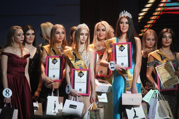 Участницы финалов всероссийских конкурсов красоты Топ модель России 2018 и Топ модель PLUS 2018 на церемонии награждения в Korston Club Hotel в Москве
