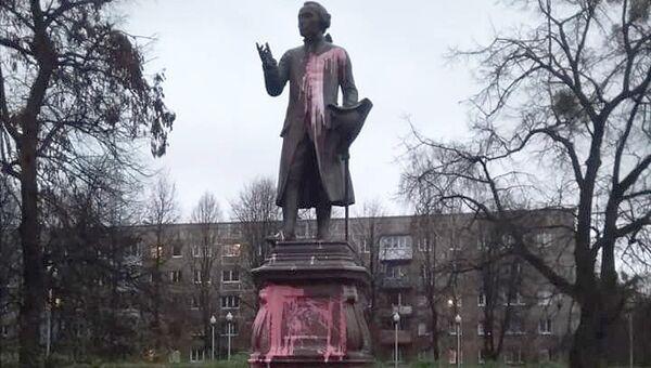 Памятник Иммануилу Канту у здания университета в Калининграде