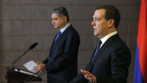 Председатель правительства РФ Дмитрий Медведе во время заявления для прессы по итогам заседания Евразийского межправительственного совета в Минске. 27 ноября 2018