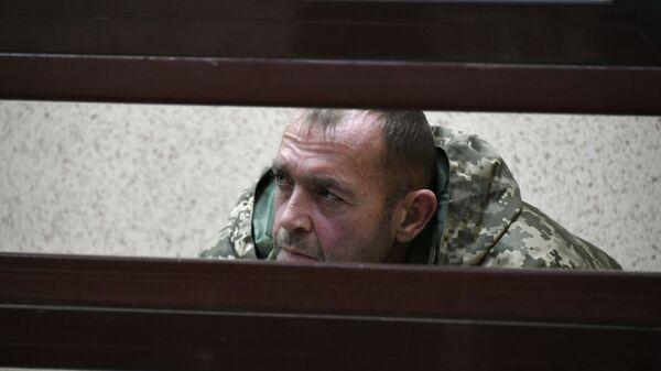 Один из задержанных моряков с корабля ВМС Украины в здании суда. Архивное фото