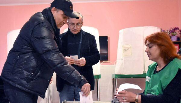 Мужчина голосует на выборах президента Грузии на одном из избирательных участков в Тбилиси. 28 ноября 2018