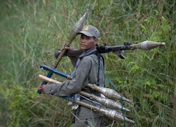 Солдат Камбоджи в спорной пограничной зоне вокруг храма Преах Вихеар