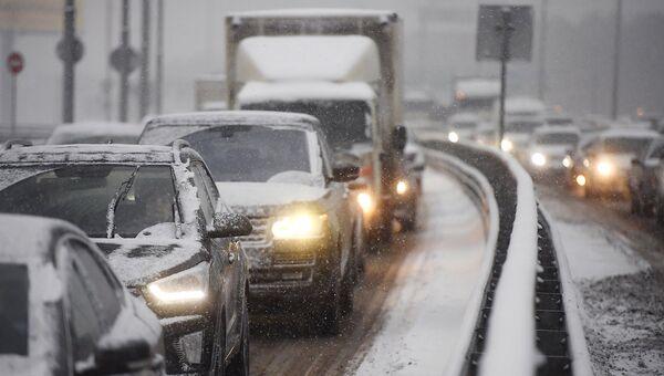 Транспортное движение на шоссе. Архивное фото