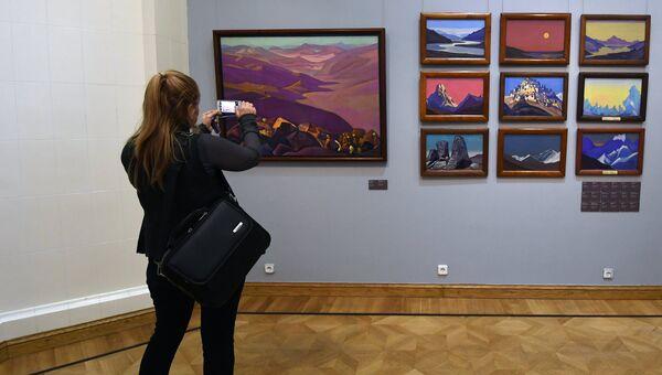 Посетительница на открытии выставки Николай Рерих. Восхождение в Музее Рерихов в Москве