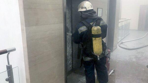 Сотрудник ГСЧС Украины во время ликвидации возгорания в здании Министерства финансов Украины в Киеве. 29 ноября 2018