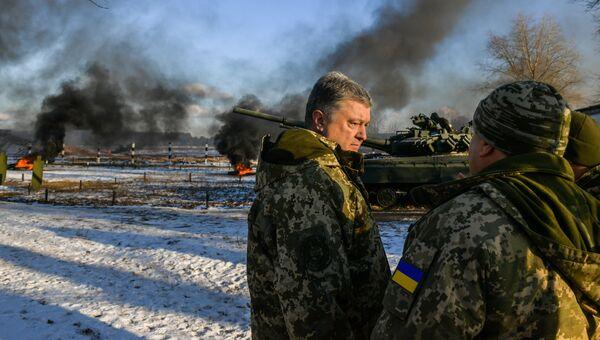 Президент Украины Петр Порошенко во время военных учений в Черниговской области