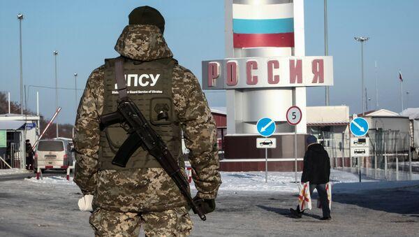 Украинский пограничник на контрольно-пропускном пункте Гоптовка на границе России и Украины