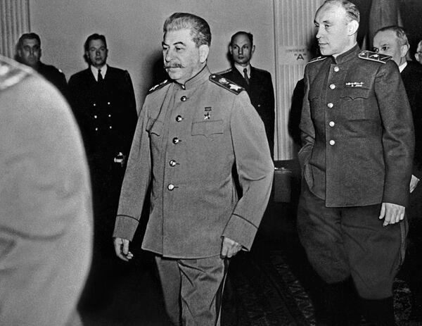 Маршал СССР И.В. Сталин направляется на очередное заседание Ялтинской (Крымской) конференции
