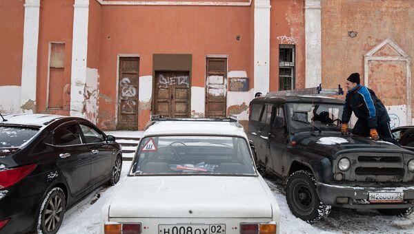 Автомобили перед зданием в городе Звенигород