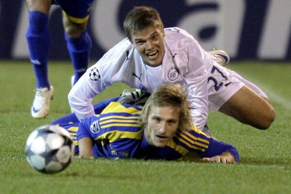 Игорь Денисов (справа) против Сергея Кривца в матче Лиги чемпионов Зенит - БАТЭ