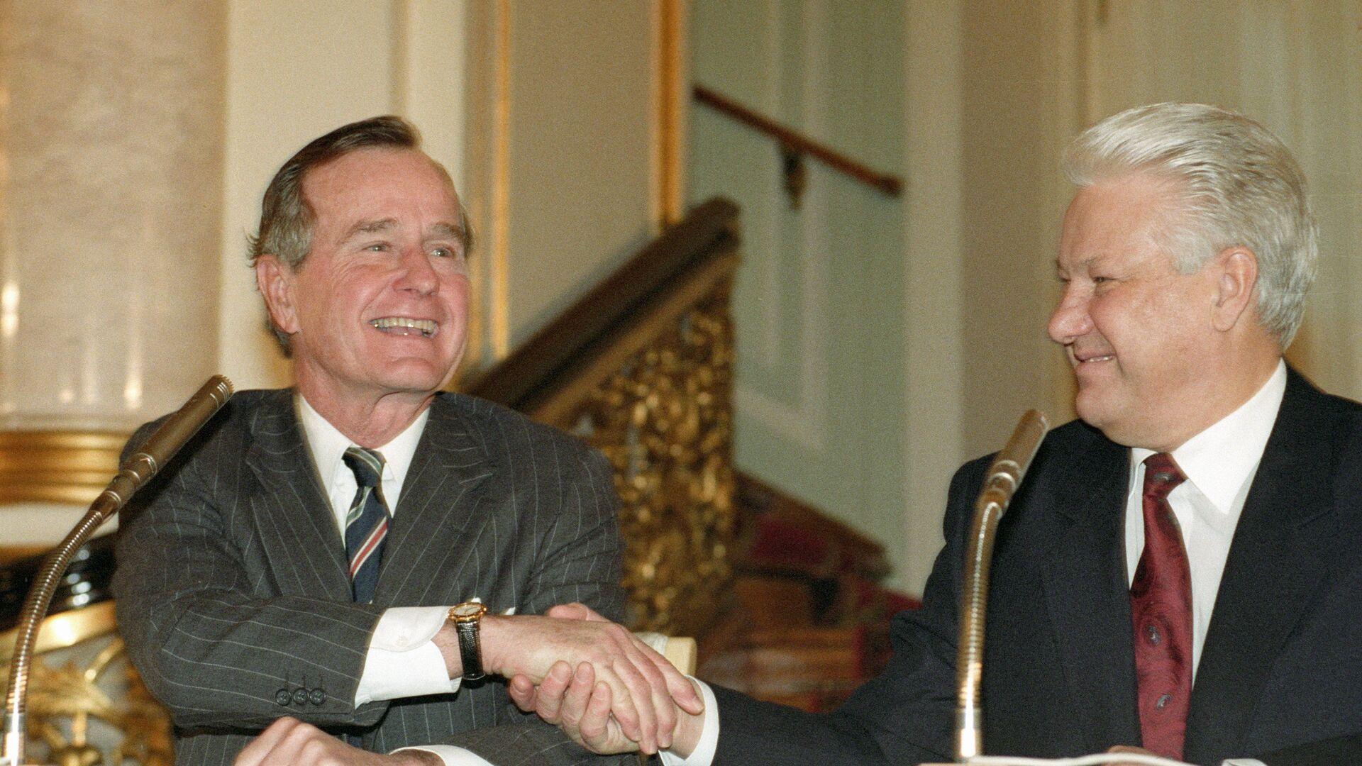 Президент РФ Борис Ельцин и президент США Джордж Буш после подписания российско-американского договора о дальнейшем сокращении и ограничении стратегического наступательного вооружения - РИА Новости, 1920, 16.06.2021