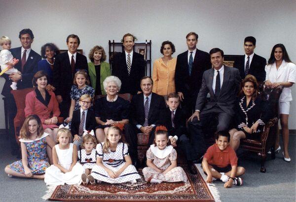 Совместное фото семьи Бушей