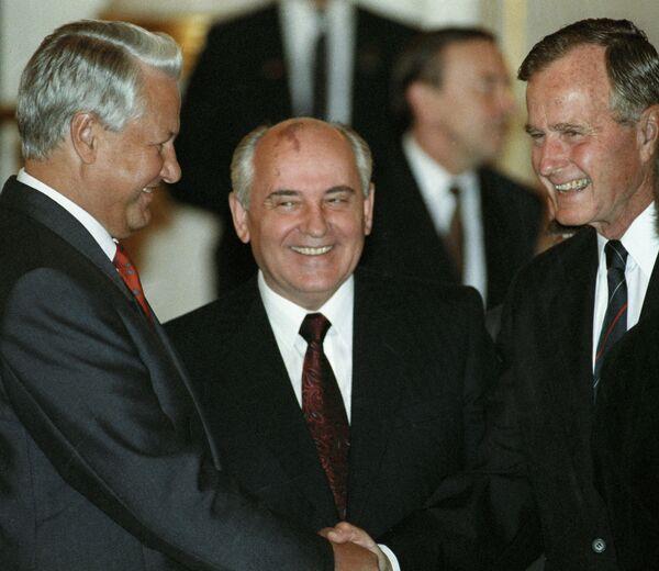 Президент РСФСР Борис Ельцин, президент СССР Михаил Горбачев и и президент США Джордж Буш беседуют на официальном обеде в Кремле. 1991