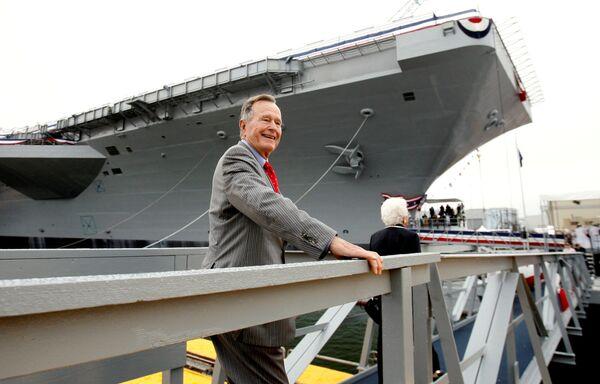 Бывший президент США Джордж Буш-старший на церемонии спуска на воду авианосца ВМС США, названного в его честь. 7 октября 2006