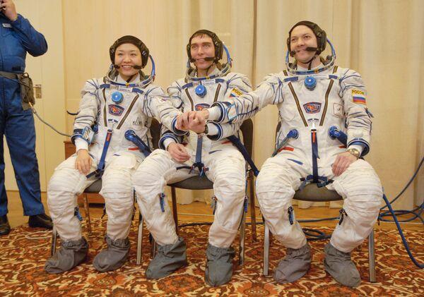 Экипаж космического корабля Союз ТМА-12 - Йи Сойон, Сергей Волков и Олег Кононенко