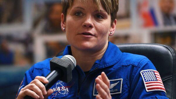 Член основного экипажа МКС-58/59 астронавт НАСА Энн МакКлейн на пресс-конференции перед стартом ракеты-носителя Союз-ФГ
