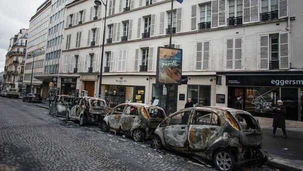 Сгоревшие автомобили в центре Парижа в ходе акции протеста желтых жилетов. 2 декабря 2018