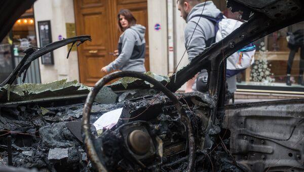 Сгоревший автомобиль в центре Парижа в ходе акции протеста желтых жилетов. 2 декабря 2018