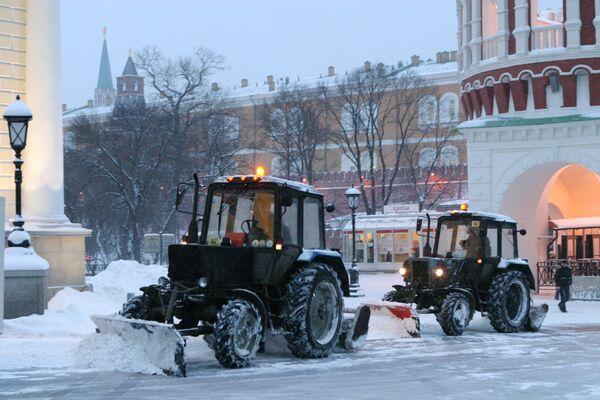 Уборка снега в районе Александровского сада