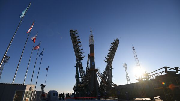 Установка ракеты-носителя Союз-ФГ с пилотируемым кораблем Союз МС-11 на стартовый стол первой Гагаринской стартовой площадки космодрома Байконур
